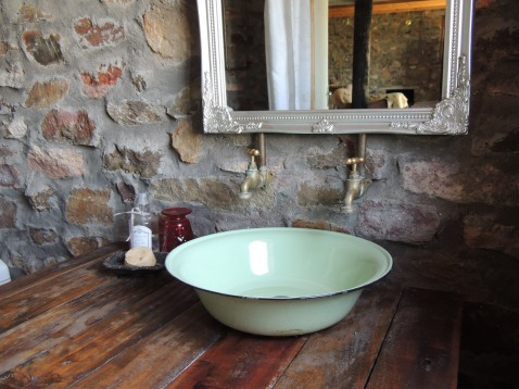 Love the farmhouse vibe basin